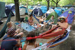 Rászorulók kapják a Sziget fesztiválozói által hátrahagyott 600 sátrat