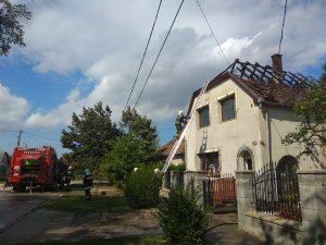 Teljesen leégett egy családi ház tetőszerkezete Tatabányán